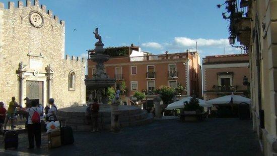 Taormina Tour - Day Tours: a sinistra, la Basilica-Catedrale ''San Nicola