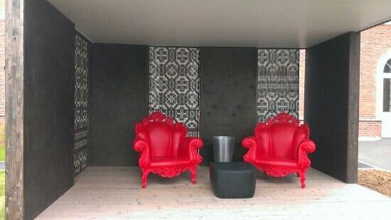 Hotel La Maison Rouge: Coin fumeursdesign