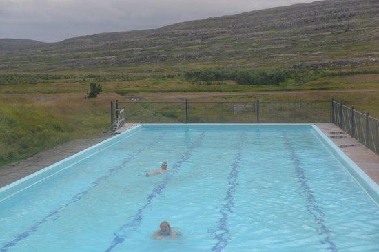 Hotel Laugarholl: Очень холодный тень - и тёплая вода!