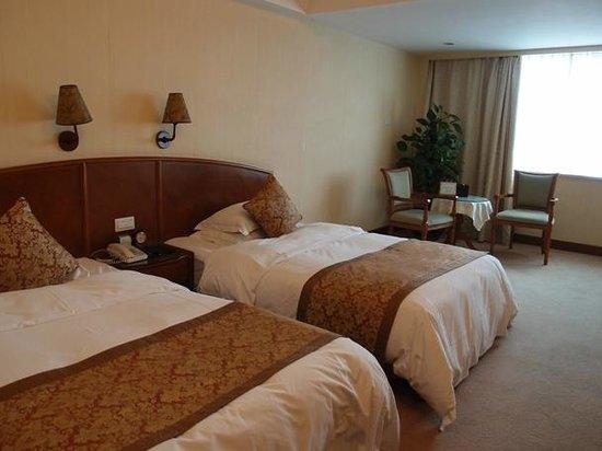 ชางชา ดอลตันรีสอร์ทโฮเต็ล: 寝室です。分かりにくいですが絨毯汚かった。