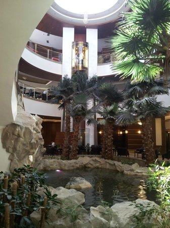 Atlantica Sensatori Resort Crete: Atrium with coy fish pond