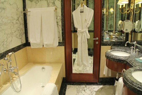 Hotel Grande Bretagne, A Luxury Collection Hotel: Our bathroom