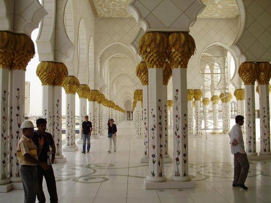 มัสยิดชีคซาเญด: Pillars, Pillars, Pillars