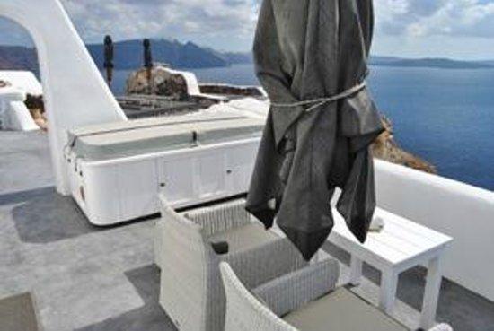 Art Maisons Luxury Santorini Hotels Aspaki & Oia Castle: balcony and large sunbathing area