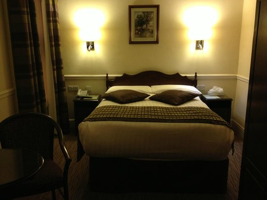 Harcourt Hotel : Firm and comfortable double bed next to a window that opens