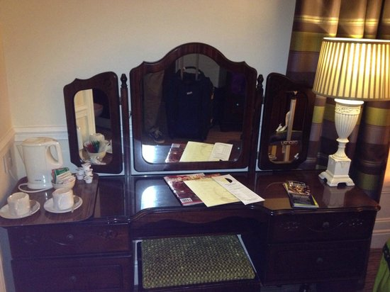Harcourt Hotel : Dressing vanity with hot water pot and tea