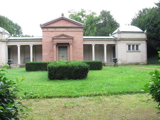 Park Rosenhöhe: Neues Mausoleum im Park