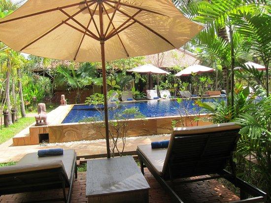 Siddharta Boutique Hotel: 1階の部屋の入り口前から見た風景。すぐプールに入れる