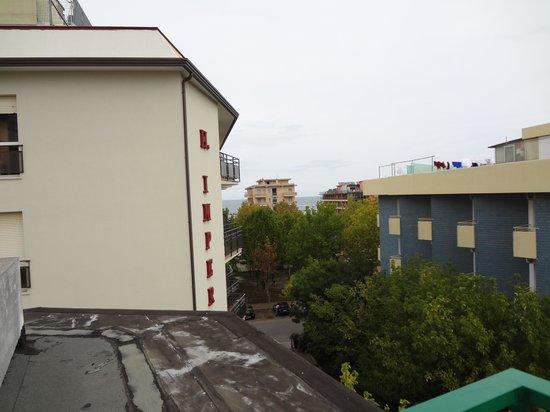Biondi Hotels - Wivien e Canada: kleiner seitlicher Meerblick vom Balkon