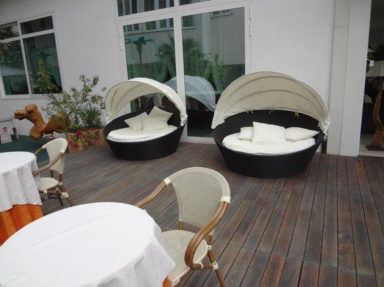 Biondi Hotels - Wivien e Canada: schön möblierte Gartenterrasse