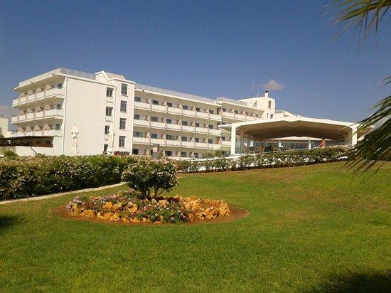 Asterias Beach Hotel: hotel esterno visto dalla spiaggia