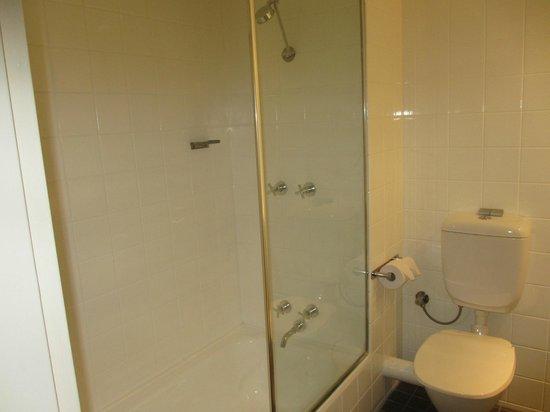 Travelodge Hotel Perth : Bathroom
