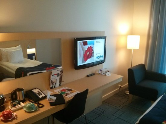 Park Inn by Radisson Malmo : tv and work desk with free wifi!