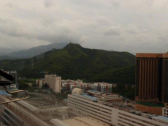 Shangri-la Hotel Shenzhen: 2804号室からの眺めです。山は国境の向こう香港側です。