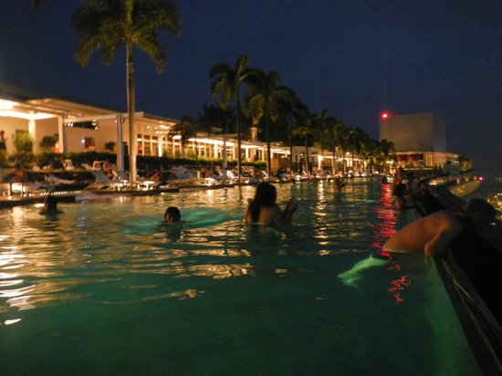 Marina Bay Sands: Night time at the pool