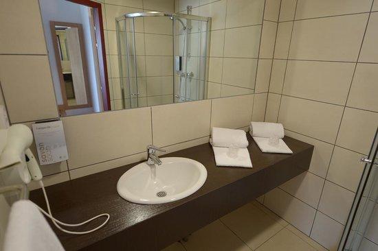 Campanile Metz Nord - Talange: Salle de bains spacieuse