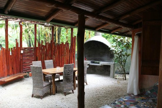 Pachamama Tropical Garden Lodge: Grill