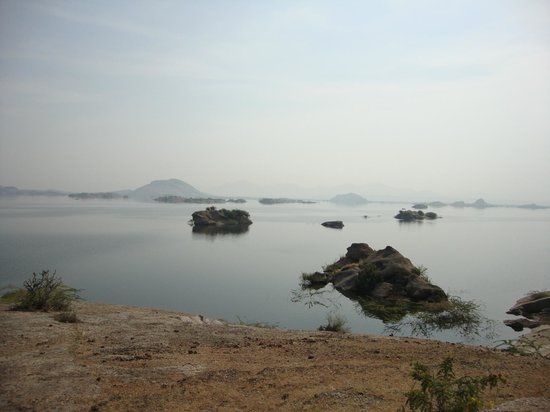 Leopards Lair Resort: Lake nearby where Crocs can be found