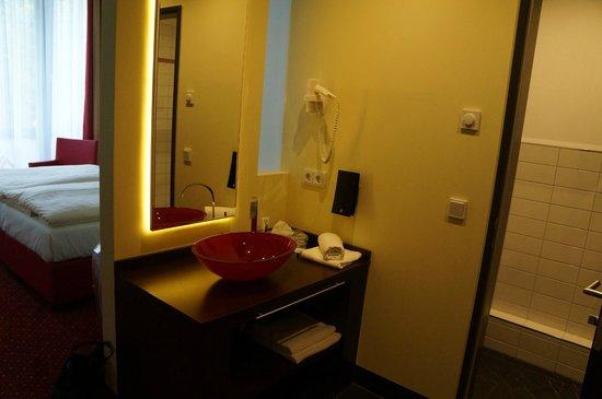 Best Western Plus Amedia Berlin Kurfuerstendamm: basin is inside the room, wc and shower are separate