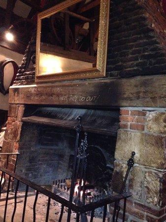 Fox & Hounds: Open log fire