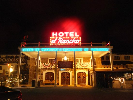 El Rancho Hotel & Motel: Front of El Rancho at night.