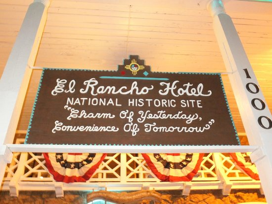 El Rancho Hotel & Motel: Doesn't it look like a cake decoration?!