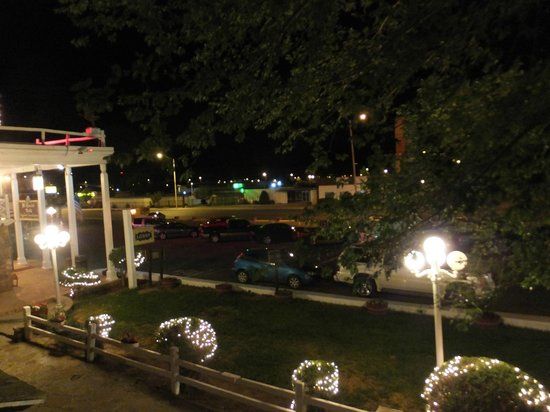 El Rancho Hotel & Motel: View from balcony at night