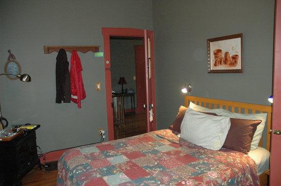 Alpenhorn Gasthaus: Bedroom, Queen's Suite