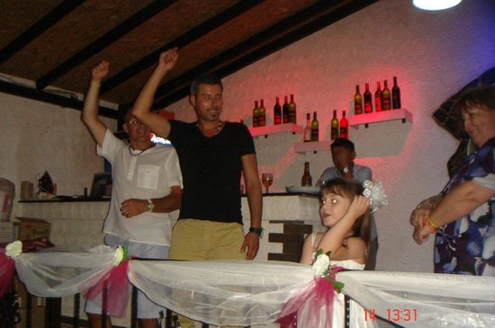 Caretta Pizza Restaurant: Dancing
