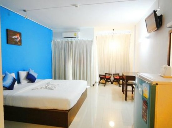 Chiang Mai Residence: ダブルベッド 書斎机もあり便利