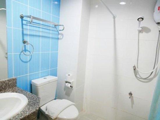 Chiang Mai Residence: シャワー、トイレ、洗面所です