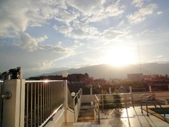チェンマイ スミス レジデンス, 屋上から夕陽が落ちる前