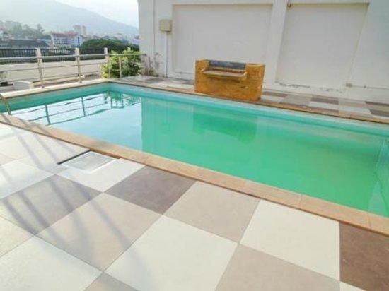 Chiang Mai Residence: 屋上にあるプール チェアなどはありませんでした。