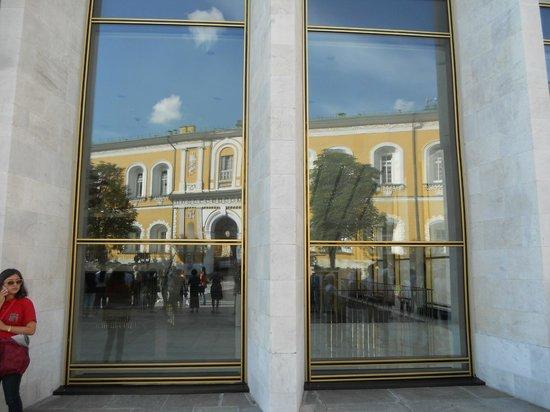 มอสโก, รัสเซีย: vetrate all'Ingresso del palazzo su cui si riflettono i palazzi del potere
