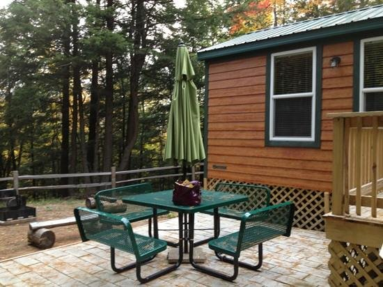 Lake Placid / Whiteface Mountain KOA : fire pit and table