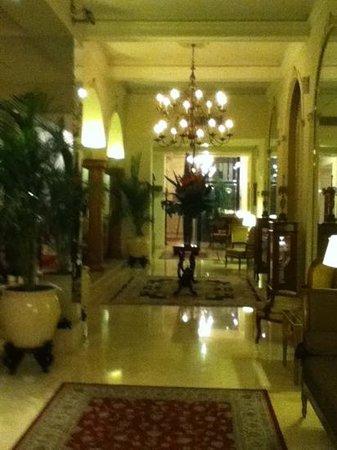 Melia Recoleta Plaza: Una de las salas de estar en la planta baja del hotel