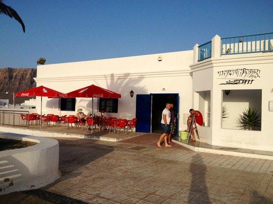 Bar Teleclub Caleta De Famara : Una terraza con vistas a los volcanes de la isla y puesta de sol espectacular
