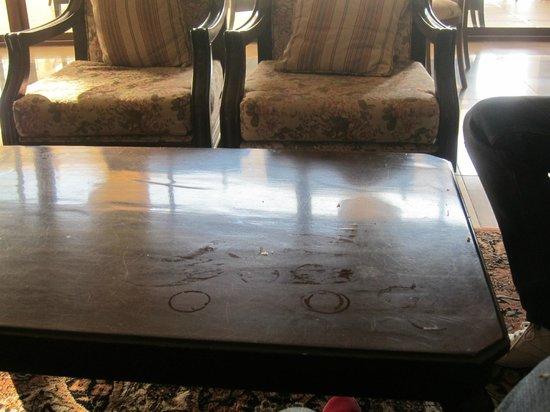 Alara Kum: Tische in der Lobby