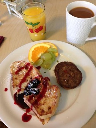 Beacon House Inn Bed & Breakfast : Mike's amazing french toast with homemade blueberry syrup.