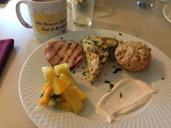 Beacon House Inn Bed & Breakfast: Canadian ham, garden veggy fritatta , homemade apple cinnamon muffin and a side of tropical frui