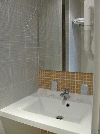 Orly Superior Hotel : Salle de bains