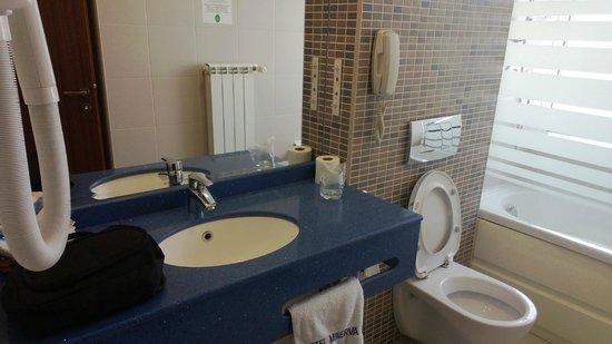 Minerva Hotel : clean wide bathroom