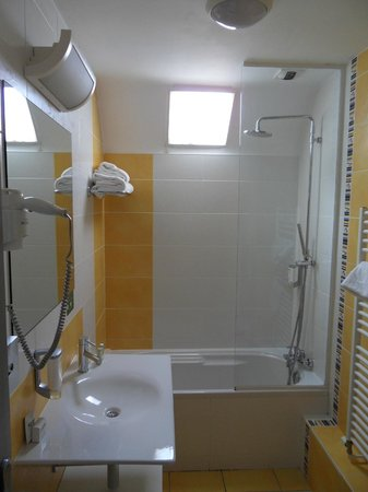 Quality Hotel La Marebaudiere Vannes : Bath/shower area, room 202