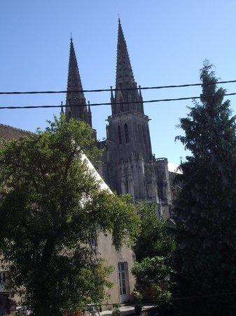 """Chambres d'Hôtes"""" 5 Bis"""" : Centre ville de Sées, vue de la salle sur la Cathédrale."""