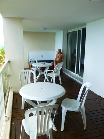 Sapphire Beach Club Resort: Balcony with jacuzzi just right for a gin an tonic and  watching the cruise ships leave.