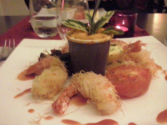 Les Banquettes Rouges : Gamberi avvolti nei capelli d'angelo con pompelmo e verdure