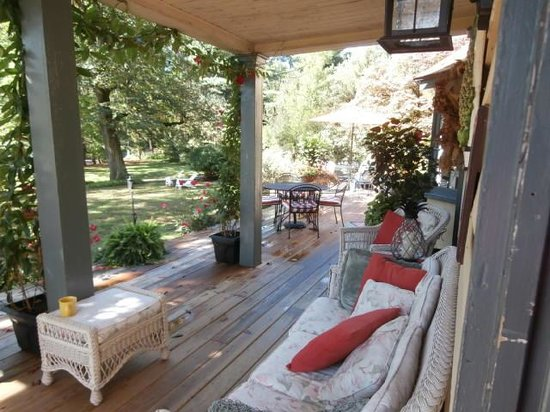 Pineapple Hill Inn Bed & Breakfast: Beautiful Grounds