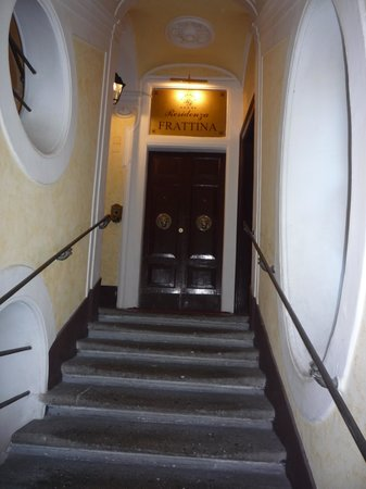 Residenza Frattina: Up 2 flights of stairs to main entrance