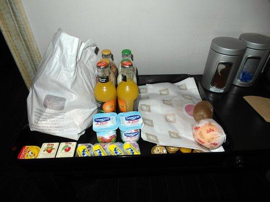 Lady Jane B&B: Frühstückstablett vor dem Zimmer, rechts davon Wasserkocher & Kaffeemaschine