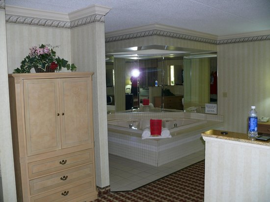 Quality Inn & Suites  Quakertown : jacuzzi